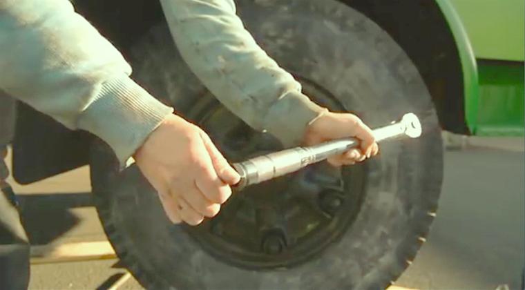 Reifen Wechseln? Easy Peasy! LKW-Reifen Wechseln? Ganz Andere Geschichte!