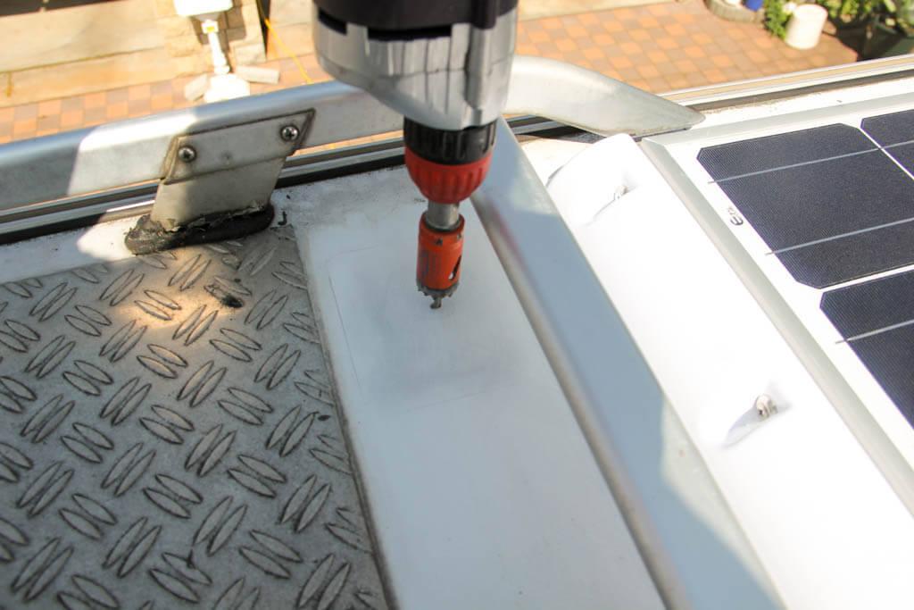 Solar Dachdurchführung bohren mit Lochbohrer