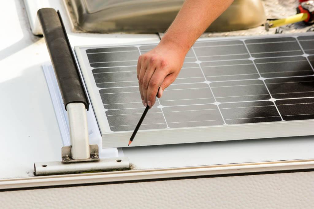 Solarmodul und Solarspoiler anzeichnen auf dem Dach