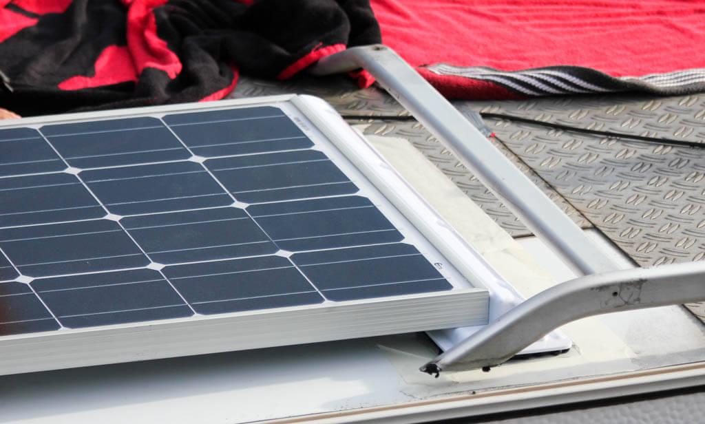 Solarmodul vorsichtig aufkleben