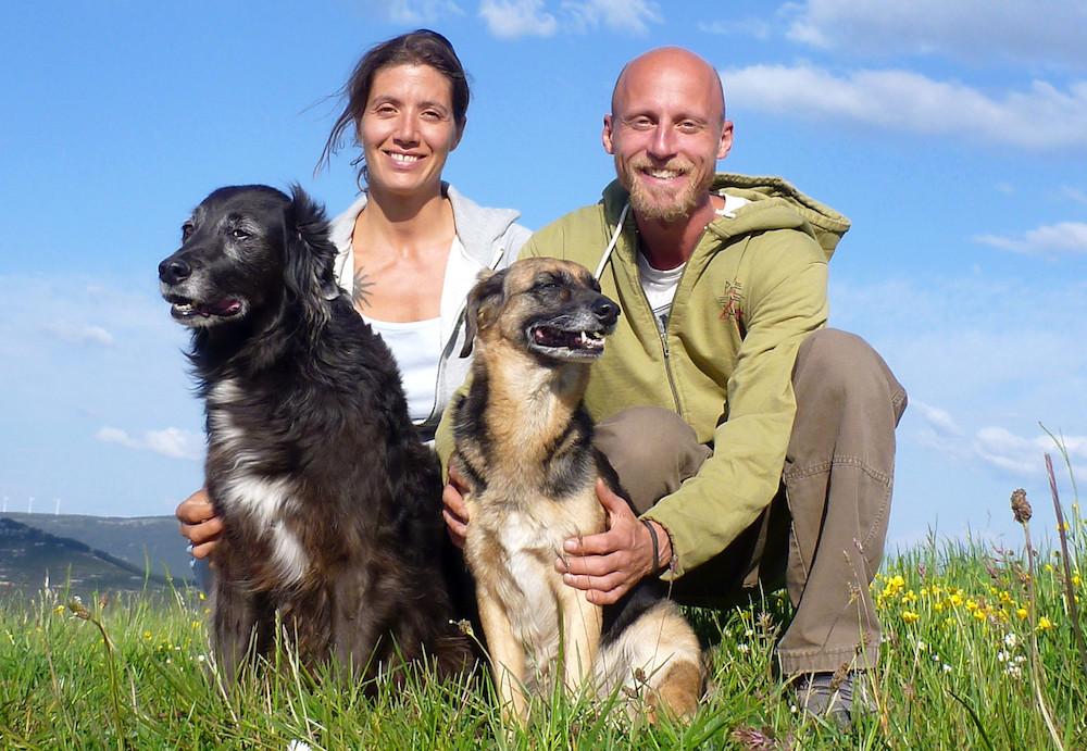 Nima und Steve mit ihren Hunden