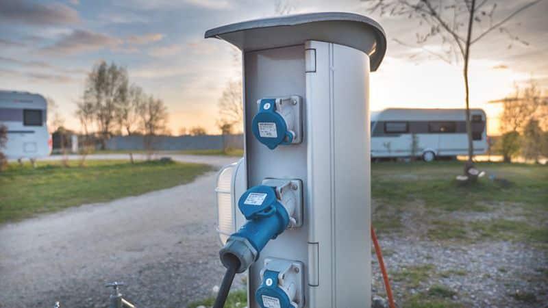 Strom in Wohnmobil und Wohnwagen - Landstrom mit Adapter