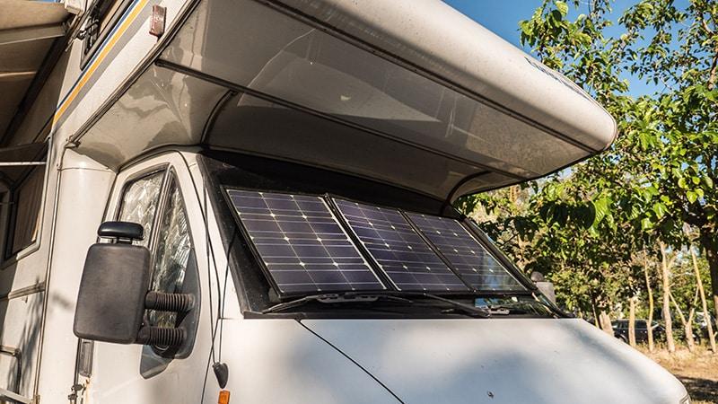 Faltbare Solarmodule sind auch für die Windschutzscheibe geeignet.