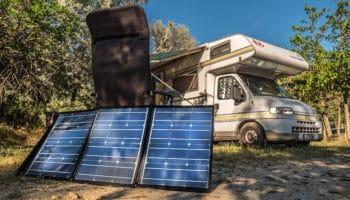 Faltbare Solarmodule lassen sich nach dem Sonnenstand ausrichten.