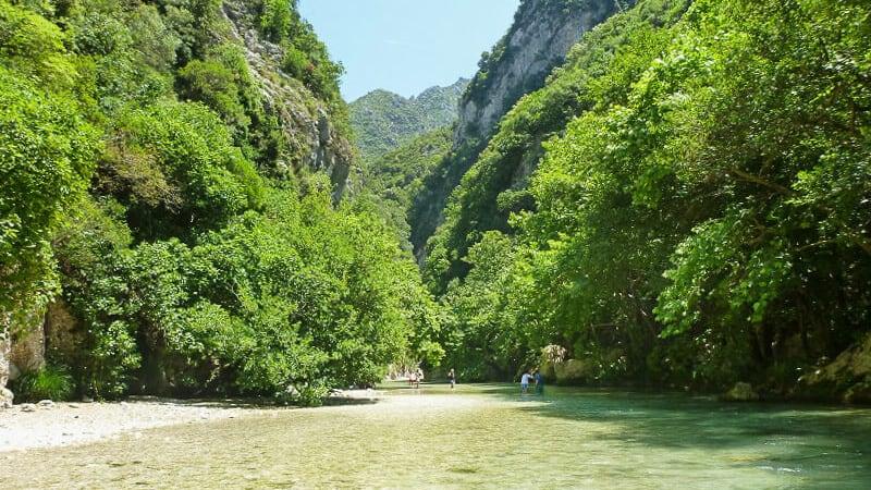 Auf dem Weg auf einer Flusswanderung in Griechenland