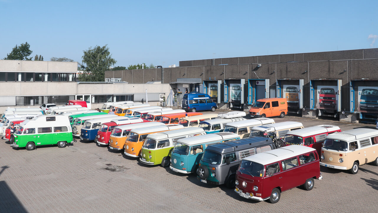 Viele, bunte Bullis auf dem Parkplatz vom Bullimuseum in Hessisch Oldendorf