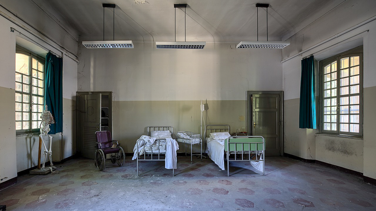 Ein einfaches Krankenzimmer im Ausland, wenn man krank im Urlaub ist