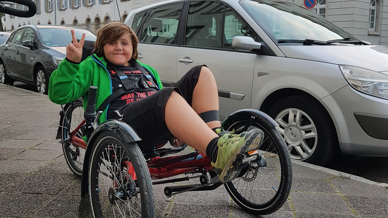 Junge auf einem Behindertenfahrrad