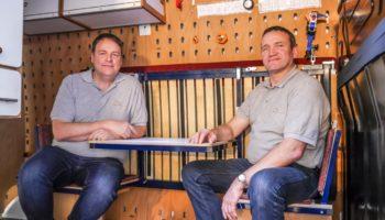 Die Erfinder Stefan Ilg und Martin Göckel in ihrem Ausstellungsfahrzeug.