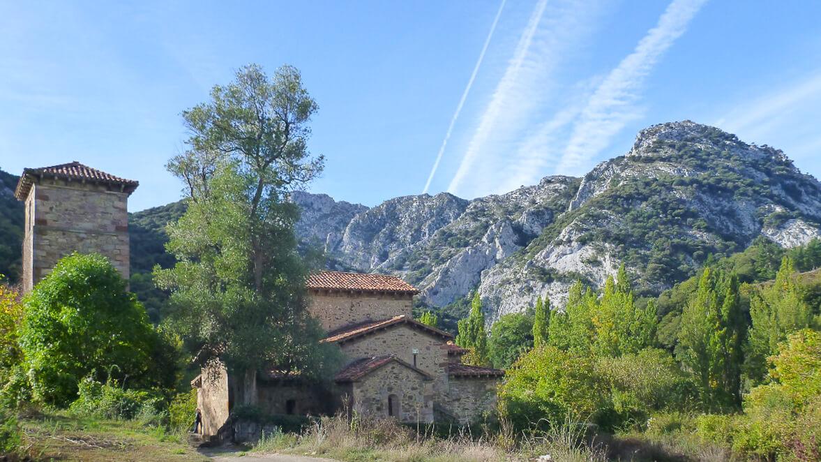 Blick auf die Kirche in Lebena Routen in Nordspanien Baskenland, Navarra und Kantabrien