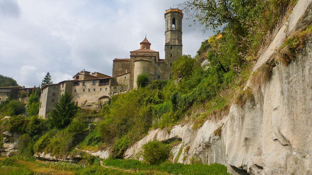 Blick auf das mittelalterliche Rupit in Katalonien