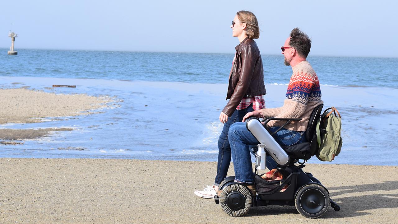Der Offroad-Rollstuhl von WHILL: Auf vier Rädern stylisch zum Strand