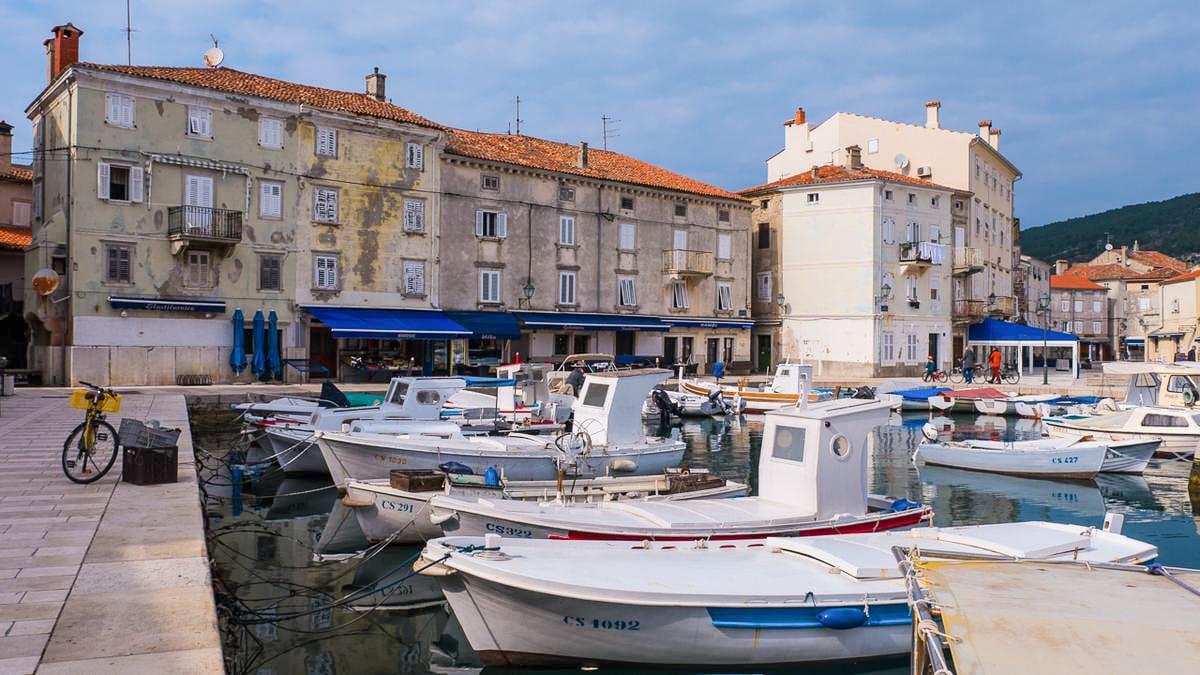 Boote Im Hafen Von Cres. Kroatien Ist Ein Schoenes Reiseziel Im Fruehling.