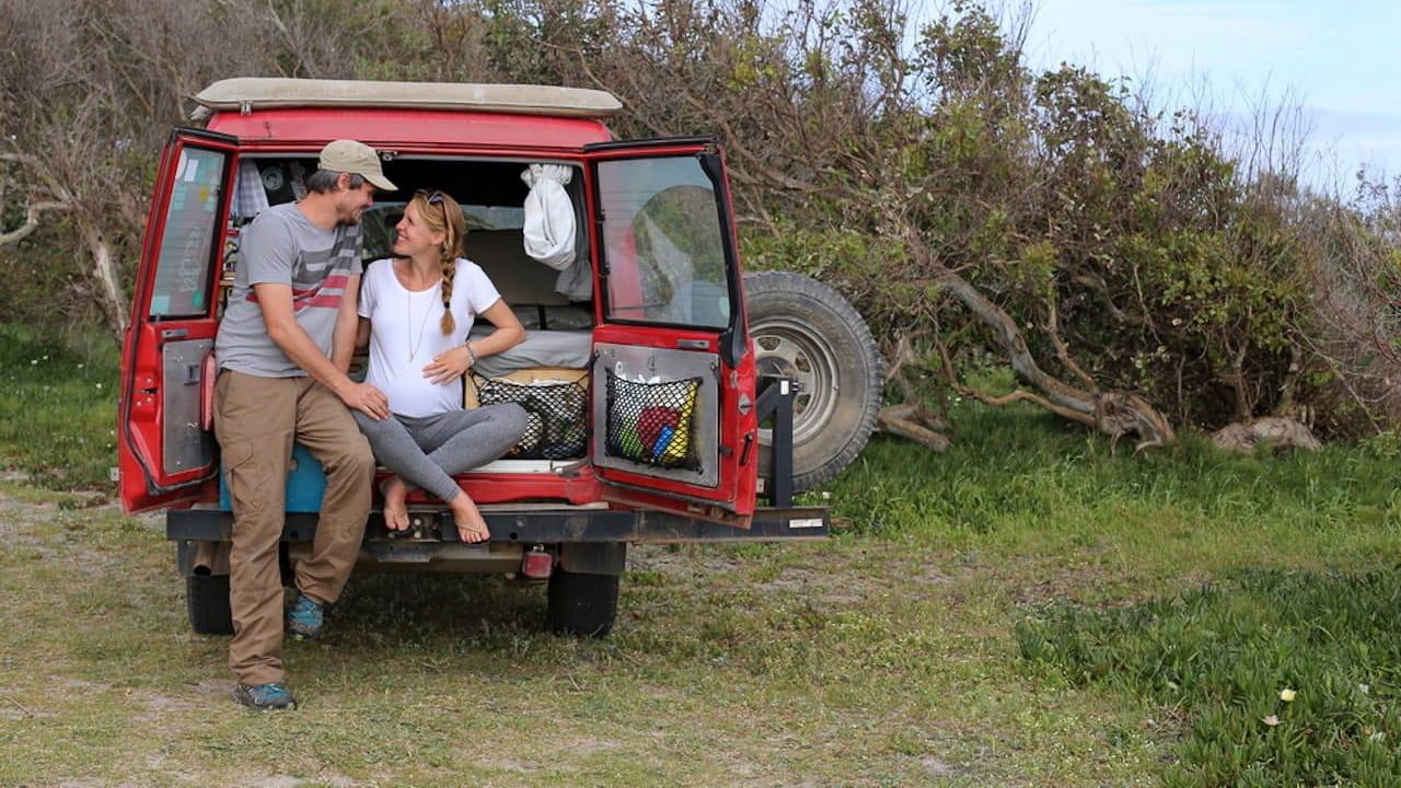 Ein Paar im Camper auf Weltreise, die sich mit dem Thema schwanger reisen auskennen