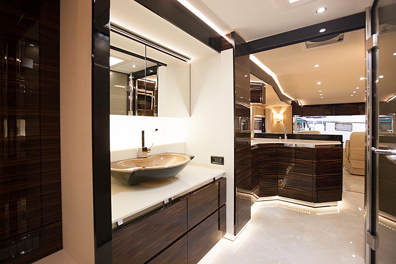 10 luxus wohnmobile zum staunen camperstyle. Black Bedroom Furniture Sets. Home Design Ideas