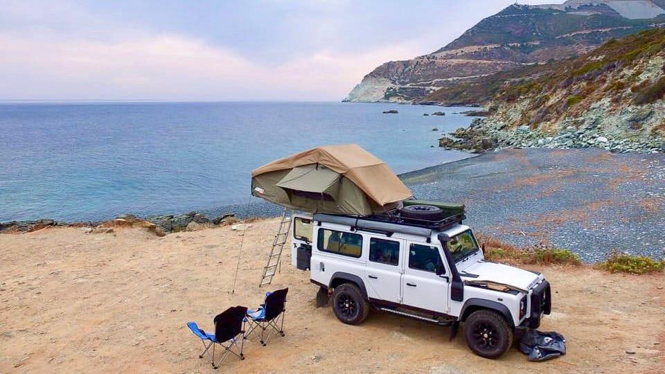 Ein Camper beim Wildcamping in Frankreich an der Kueste