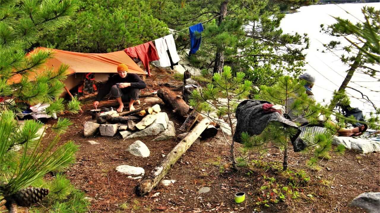 Wilcamping im Schweden mit einem Zelt in der Natur
