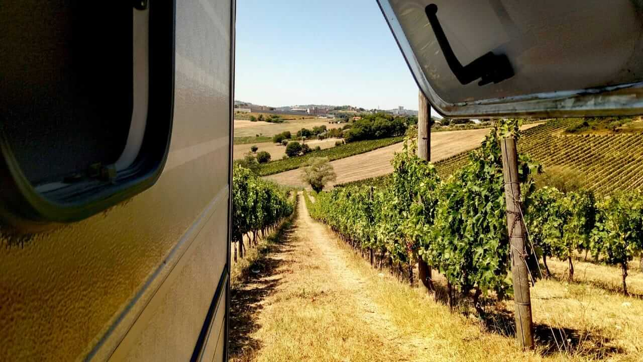 Toller Ausblick aus dem Fenster beim Wildcamping in Italien