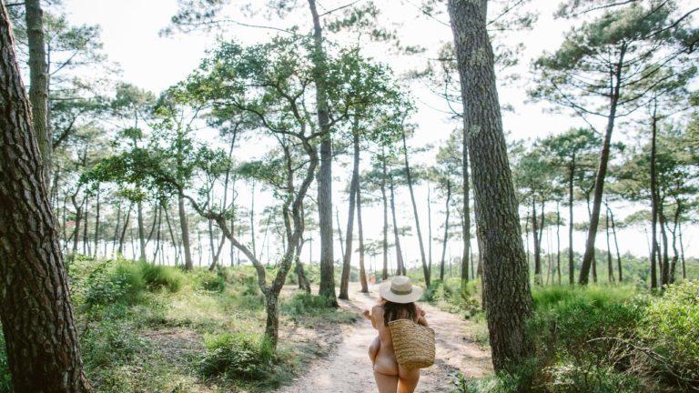 Eine Frau auf dem Weg zum FKK Camping in Frankreich