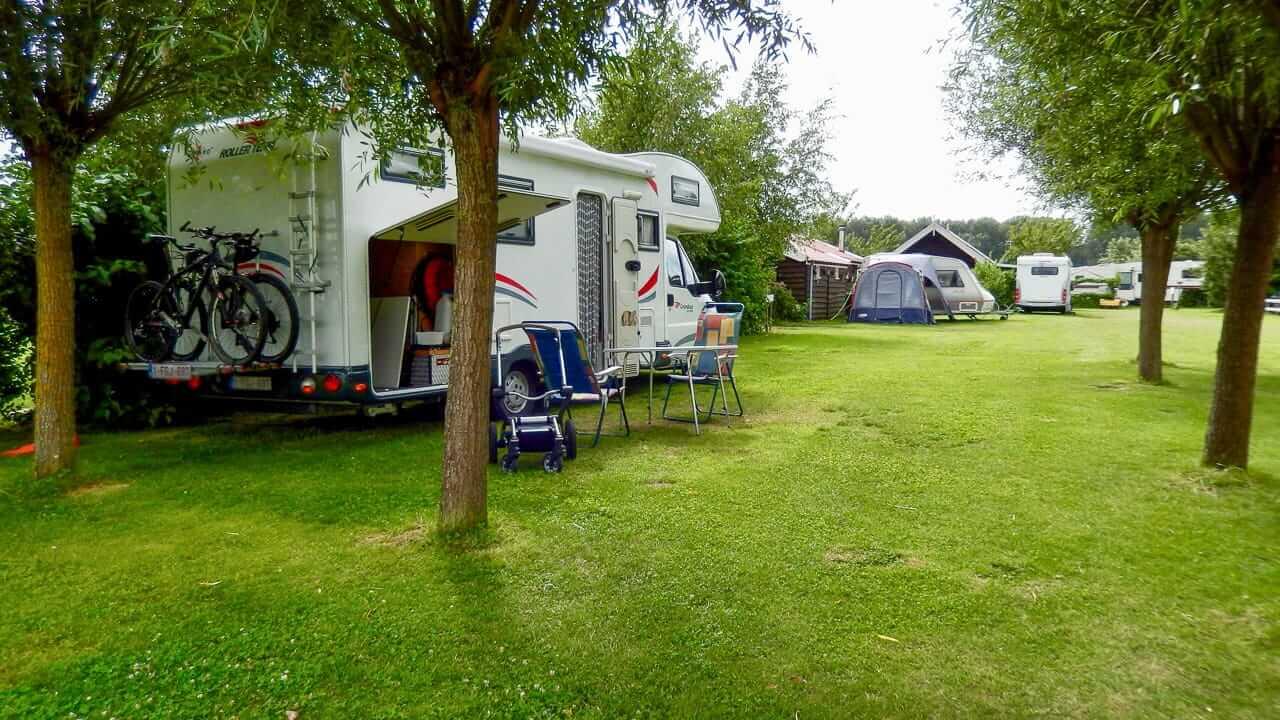 Ein Wohnmobil auf einer privaten Uebernachtungsmoeglichkeit des SVR Niederlande