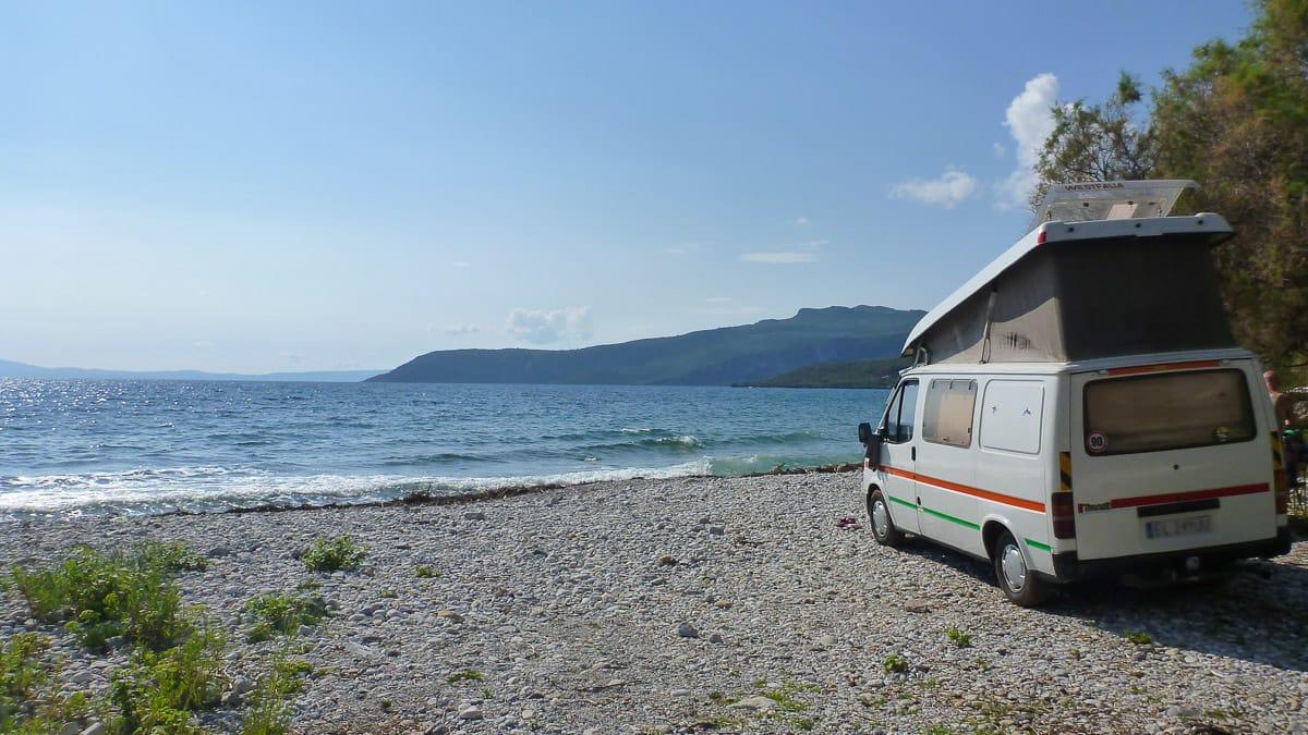 Wildcamping in Griechenland mit einem kleinen Camper am Meer