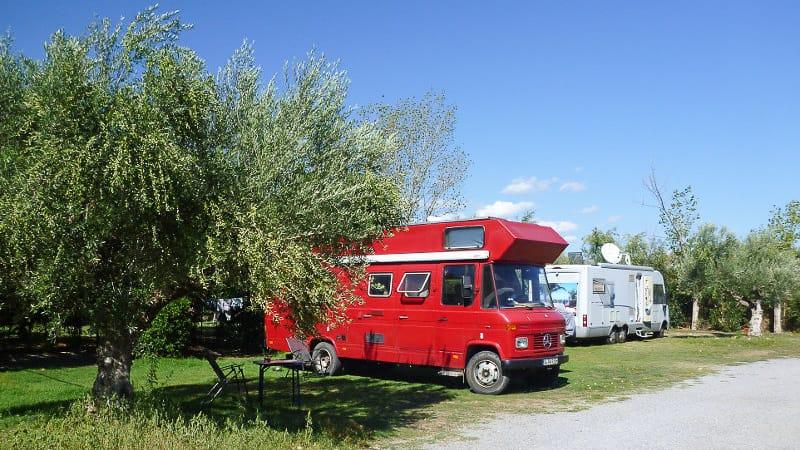 Zwei Wohnmobile beim Camping in Griechenland