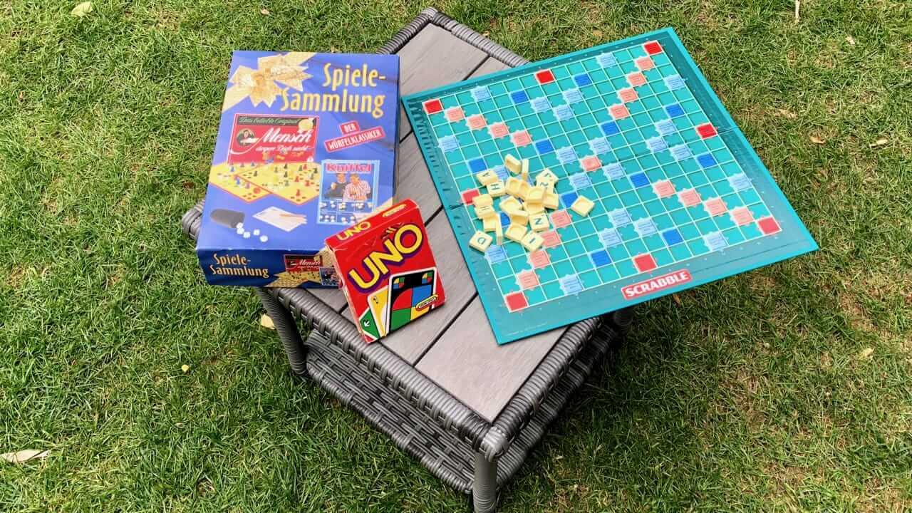 Brett und Kartenspiele sind tolle Spiele für unterwegs beim Camping