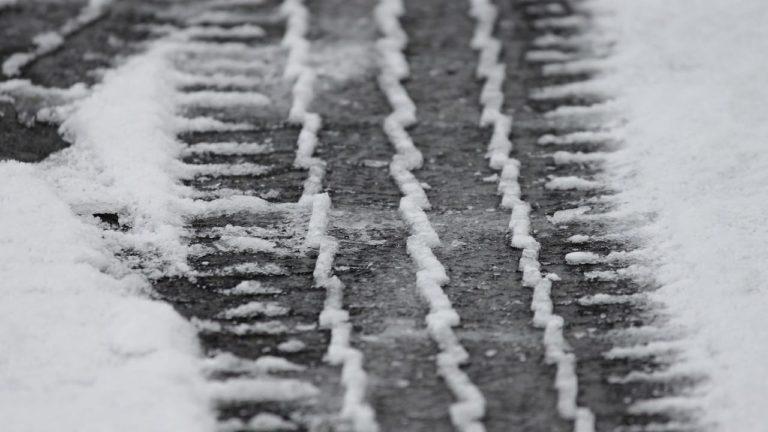 Reifenspuren im Schnee von Winterreifen von Wohnwagen und Wohnmobil