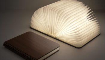 Eine leuchtende Buchlampe als Geschenk fuer Camper (c)Coolstuffde