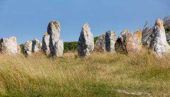Steinreihen auf der Halbinsel Crozon in der Bretagne Foto Donatienne Guillaudeau