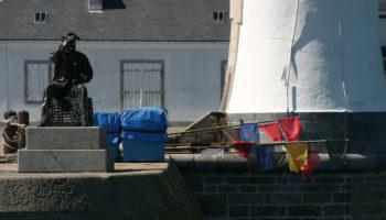 Blick auf eine Statue im Hafen von Quiberon in der Bretagne