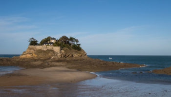Eine kleine Insel an der Nordkueste der Bretagne in Frankreich