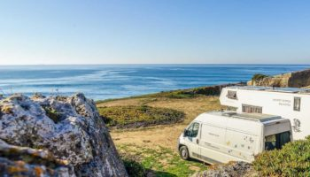 Mit zwei Wohnmobilen am Meer auf einem Roadtrip durch Portugal