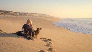 Tanja mit ihren Hunden auf einem Roadtrip durch Portugal