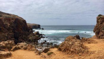 Blick auf eine kleine Bucht an der Algarve