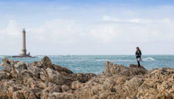 Blick auf einen Leuchtturm am Meer in Frankreich