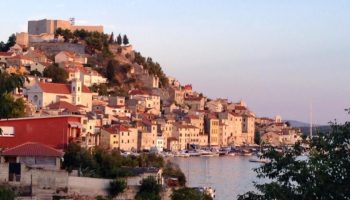 Blick auf eine Stadt in Kroatien bei einer Reise mit dem Camper