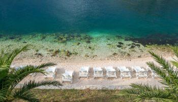 Strandliegen am Meer von Montenegro ist ein tolles Reiseziel fuer Camper