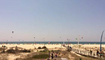 Blick auf den Strand und die Surfer in Andalusien (c) Hendrike Michel