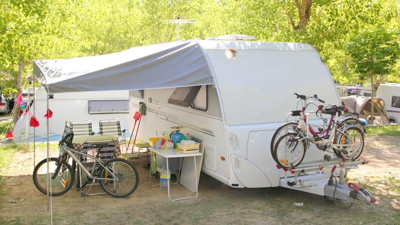 Anblick eines Fahrradtraegers an einem Wohnwagen