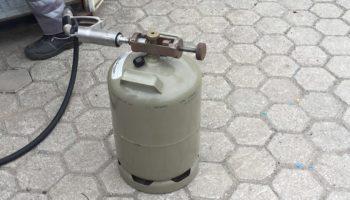 Eine graue Gasflasche in Portugal beim Befuellen