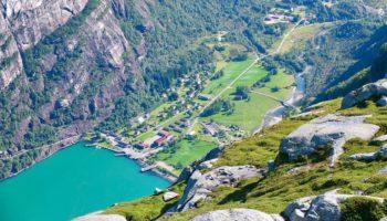 Ein kleiner Ort an einem Fjord in Norwegen