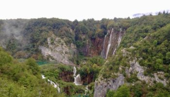 Aussicht auf Wasserfaelle im Camping Reiseziel Kroatien