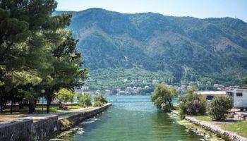 Blick auf einen Campingplatz an einem See in Montenegro