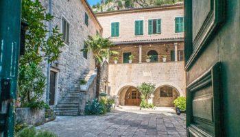 Blick auf einen Innenhof in einer Stadt in Montenegro