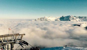 Ein Skilift ueber den Wolken in Oesterreich