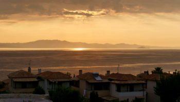 Ein Sonnenuntergang ueber dem Meer in Griechenland