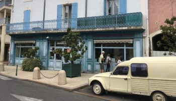 Fahrt mit dem Wohnmobil durch eine Stadt im Camping Reiseziel Frankreich