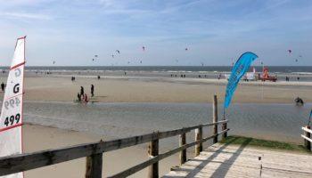 Ein Strand mit vielen Kitesurfern im Camping Reiseziel Deutschland