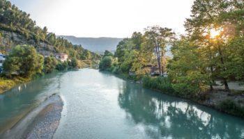 Wildcamping in Europa mit Blick auf einen Fluss in Albanien